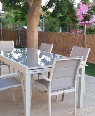 """שולחן +6 כסאות """"אוקלנד"""" 200/100 ס""""מ נפתח ל320 ס""""מ צבע אפור בהיר וזכוכית אפורה"""