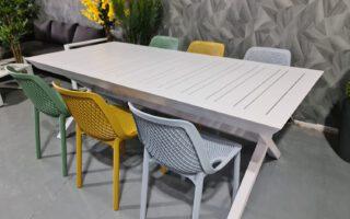 שולחן אלומיניום רגל איקס נפתח לגינה דגם בטיס 100×216/297 כולל 6 כסאות פלסטיק