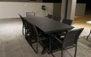 """שולחן אלומיניום נפתח לגינה דגם סוסיאדד 100-216/297ס""""מ כולל 6 כסאות מרופדים צבע אפור כהה"""